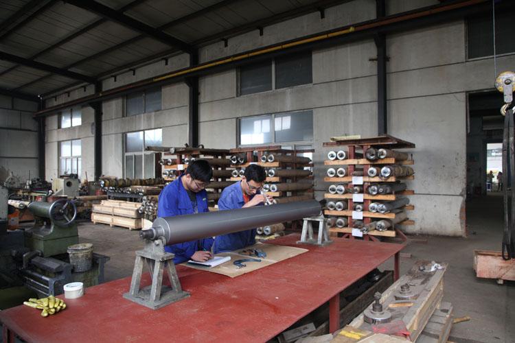 1997年在温州成立连港辊涂机工作室